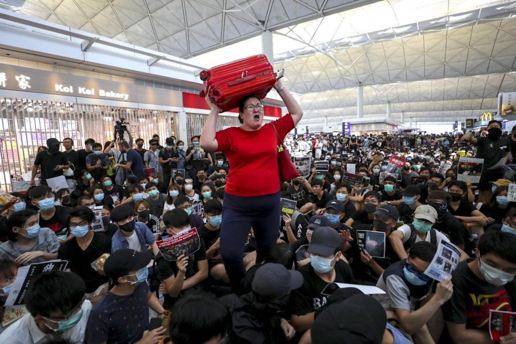 BREAKING: Protesters close Hong Kong Airport for second day